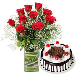Send Online Black Forest Cake n Red roses in glass Vase